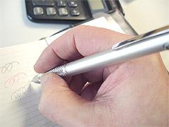 ボールペンをにぎったところ
